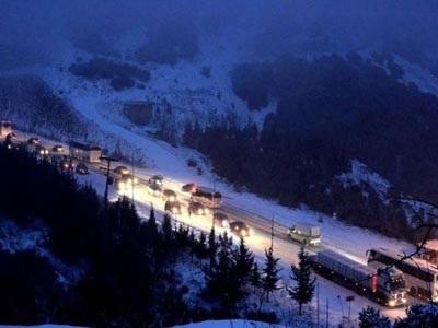 Σε κλοιό χιονιά: Κλειστοί δρόμοι, αποκλεισμένα χωριά, δεμένα πλοία