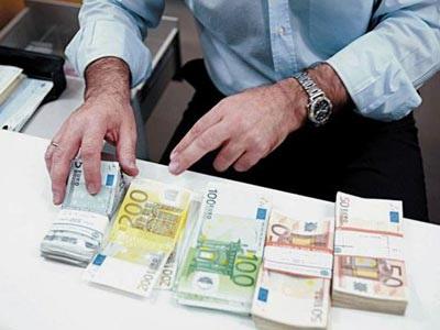 Die Welt: Συνολικά 2,5 δις ευρώ σήκωσαν από τις τράπεζες οι Έλληνες καταθέτες τον Δεκέμβριο