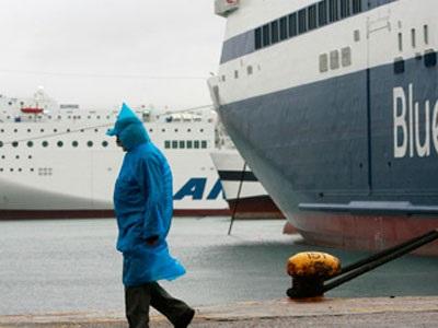 Σε ισχύ η απαγόρευση απόπλου στα λιμάνια - Χαμηλές θερμοκρασίες στη Β. Ελλάδα