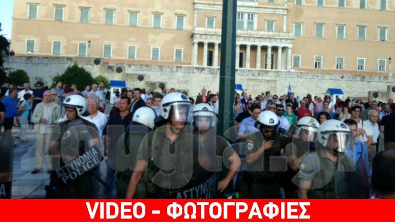 Ένταση μεταξύ διαδηλωτών και αντιεξουσιαστών στο Σύνταγμα