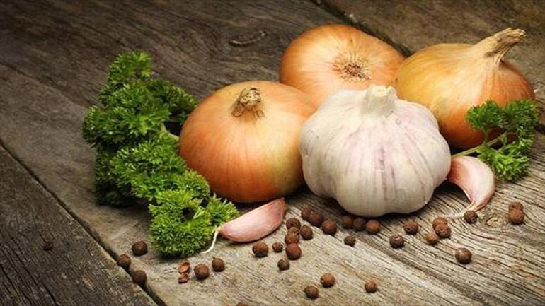 Σκόρδο και κρεμμύδι: Νοστιμίζουν τα πιάτα μας, ωφελούν την υγεία