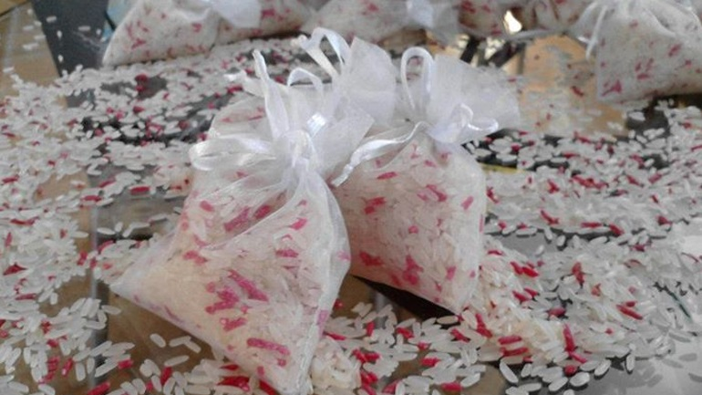 Απαγορεύεται το ρύζι, τα λουλούζια και το... πάτημα του ποδιού του γαμπρού