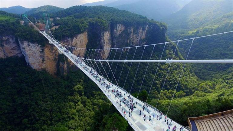 Κίνα: Άνοιξε για το κοινό η μεγαλύτερη και ψηλότερη γυάλινη γέφυρα στον κόσμο