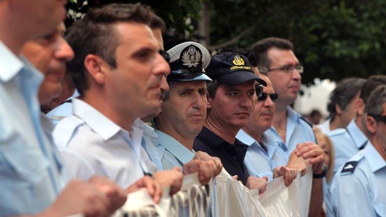 Συγκέντρωση διαμαρτυρίας ενστόλων έξω από το υπουργείο Εθνικής Άμυνας