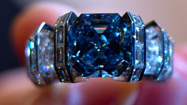 Το θαλασσί διαμάντι που πουλήθηκε 16 εκατ. ευρώ στην Ελβετία 9e71e7ac257
