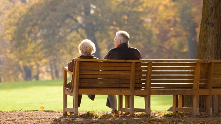 Ζούμε όλο και περισσότερο, παραμένει όμως η «ψαλίδα» ανδρών - γυναικών στο προσδόκιμο ζωής