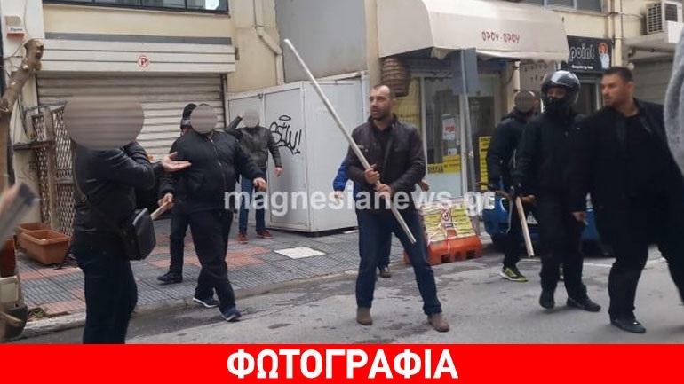 Βόλος: Κραδαίνοντας ξύλα φυγαδεύτηκαν Κασιδιάρης-Ηλιόπουλος από τα στούντιο του ΑSTRA