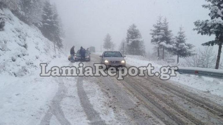 Χιόνι στον δρόμο προς Καρπενήσι