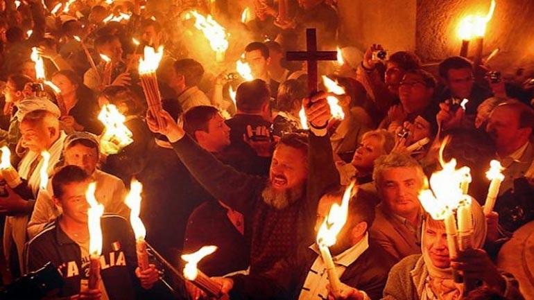 Η ελληνική αποστολή παρέλαβε το Άγιο Φως