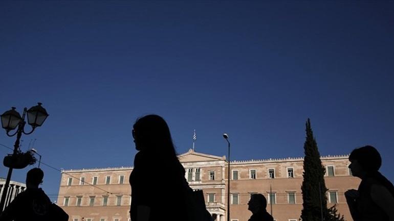 Spiegel: Η οικονομία της Ελλάδας ολισθαίνει στην ύφεση