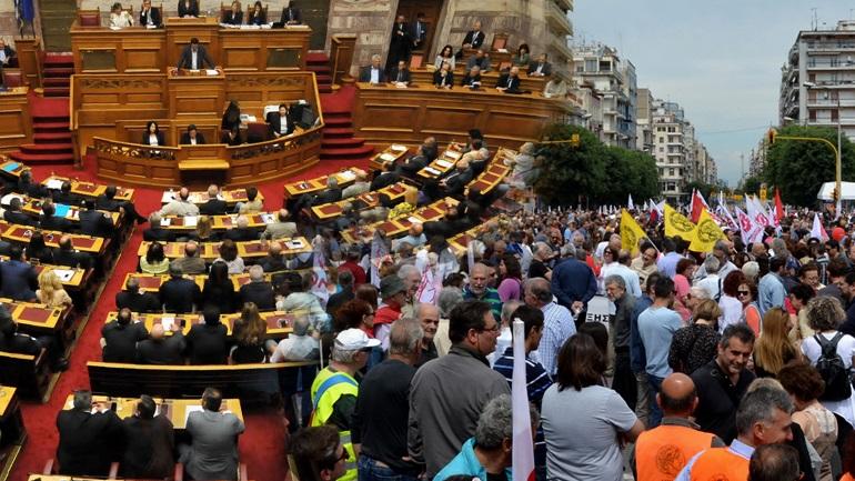 Ψηφίζουν στη Βουλή - Διαδηλώνουν στο Σύνταγμα