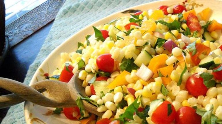Σαλάτα με ντοματίνια και καλαμπόκι