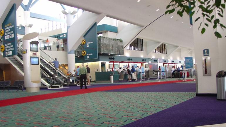 Εκκενώθηκε το αεροδρόμιο του Μίσιγκαν - άνδρας μαχαίρωσε αστυνομικό στον λαιμό
