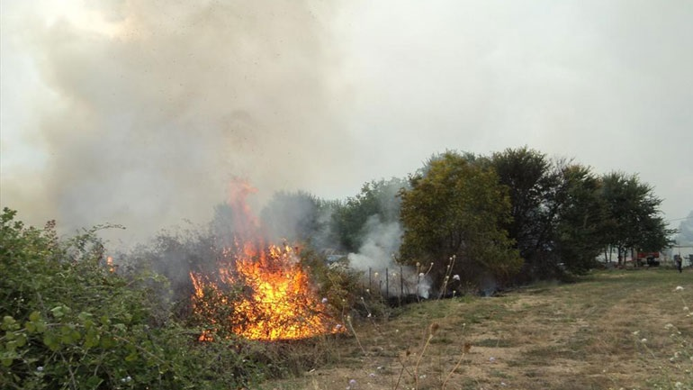 Μαίνεται η πυρκαγιά στην ανατολική Μάνη