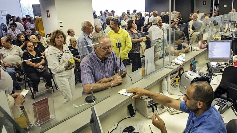 SOS: Μην πληρώνετε την εφορία στα γκισέ των τραπεζών