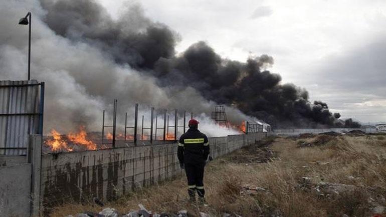 Πυρκαγιά σε εργοστάσιο στα Μέγαρα - σε εξέλιξη πυροσβεστική επιχείρηση