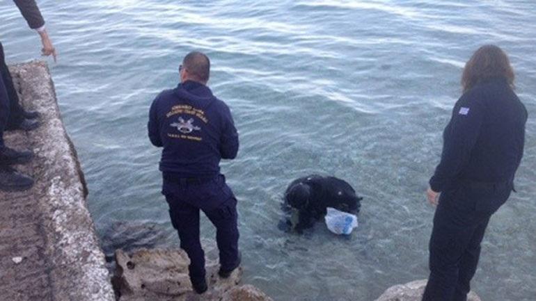 Αίγιο: Βρήκε πιστόλι στον βΑίγιο: Βρήκε πιστόλι στον βύθο της θάλασσας και το παρέδωσεύθο της θάλασσας και το παρέδωσε