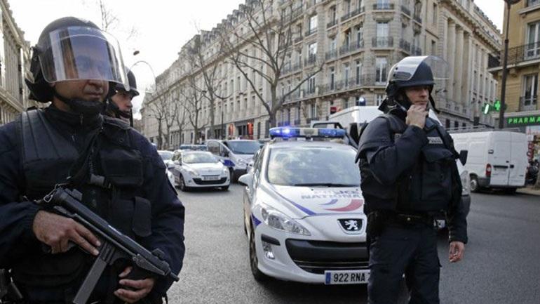 ΤΩΡΑ: Αυτοκίνητο έπεσε σε δύο στάσεις λεωφορείου στη Μασσαλία -ένας νεκρός