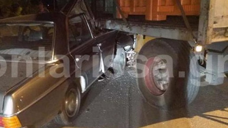 Αυτοκίνητο στη Λάρισα σφηνώθηκε κάτω από την καρότσα φορτηγού
