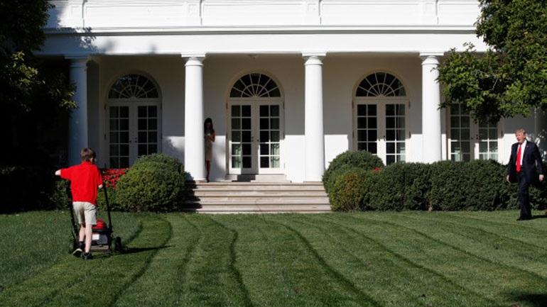 ΗΠΑ: 11χρονος θαυμαστής του Τραμπ κούρεψε το γκαζόν του Λευκού Οίκου