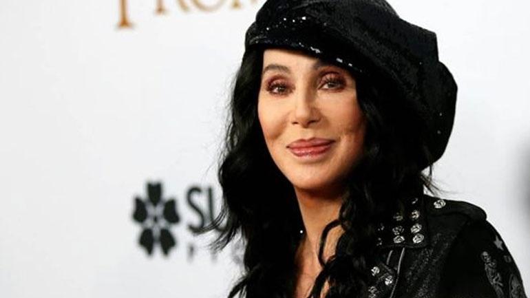 Η Cher κατηγορεί βιοφαρμακευτική εταιρεία ότι την «έγδυσε»