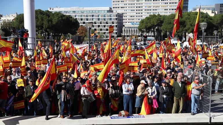 Ισπανία: «Ο Πουτζντεμόν στη φυλακή!» - Χιλιάδες διαδηλωτές στη Μαδρίτη κατά της απόσχισης της Καταλονίας