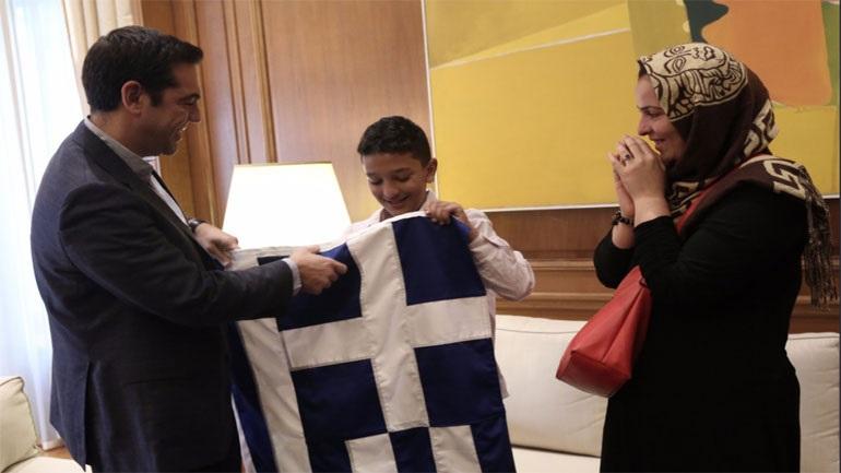 Ο Αλ.Τσίπρας υποδέχτηκε τον Αμίρ στο Μέγαρο Μαξίμου και του έδωσε την ελληνική σημαία
