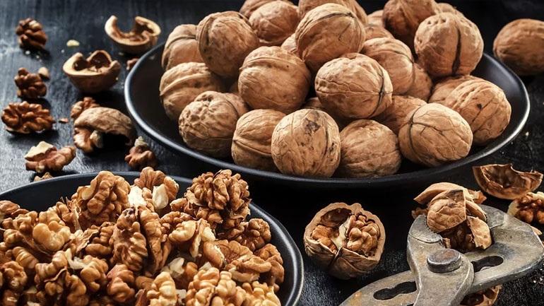 Έρευνα: Tα καρύδια μειώνουν τον καρδιαγγειακό κίνδυνο για εμφράγματα και εγκεφαλικά