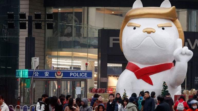 Οι Κινέζοι γιορτάζουν τη Χρονιά του Σκύλου με ένα άγαλμα μπουλντόγκ με τη μορφή του Τραμπ