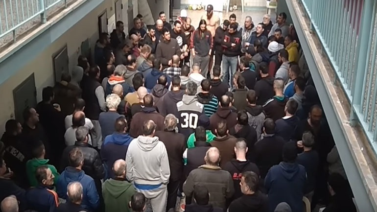 Ο αποχαιρετισμός των κρατουμένων των φυλακών Κορυδαλλού στον Βασίλη Στεφανάκο