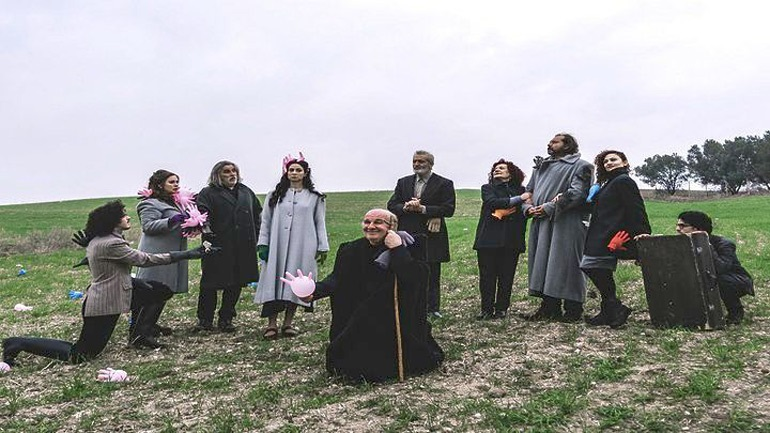 «Οι ηλίθιοι» από το ΚΘΒΕ - Πανελλήνια πρεμιέρα στο Δημοτικό Θέατρο Συκεών
