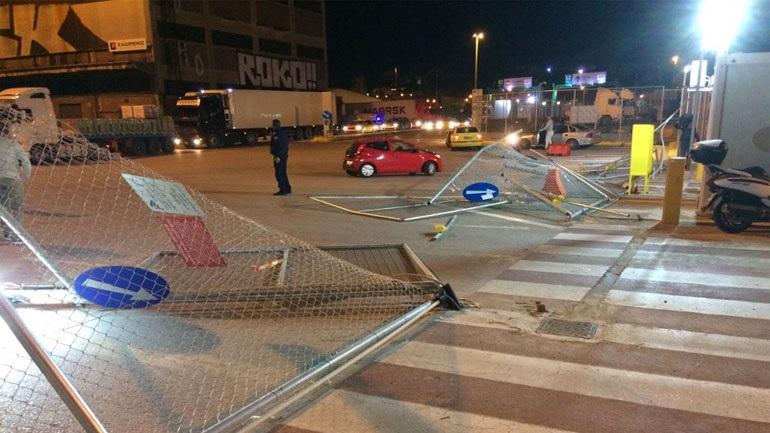 Προανάκριση για τις ζημιές που προκάλεσαν άγνωστοι στην περίφραξη του χώρου ελέγχου επιβατών στο λιμάνι του Πειραιά 2395011