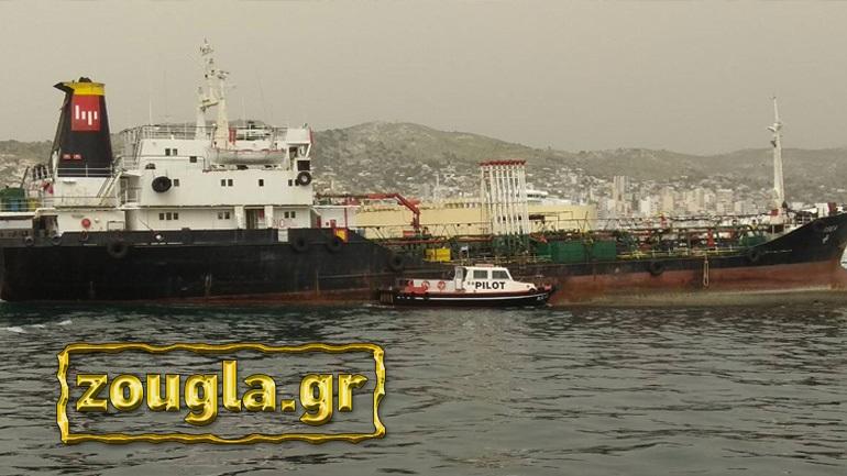 Ειδική επιχείρηση του Λιμενικού σε πλωτή «περιβαλλοντική βόμβα» στον κόλπο του Περάματος 2396601
