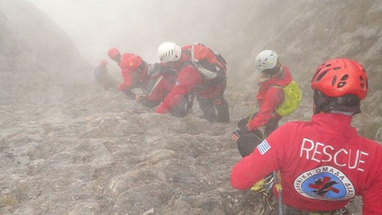 Σε εξέλιξη η κάθοδος - μεταφορά Γάλλου ορειβάτη από τον Όλυμπο 2402733