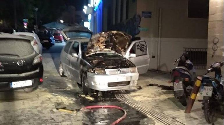 Στις φλόγες αυτοκίνητο σε πεζόδρομο στο Ηράκλειο 2406678