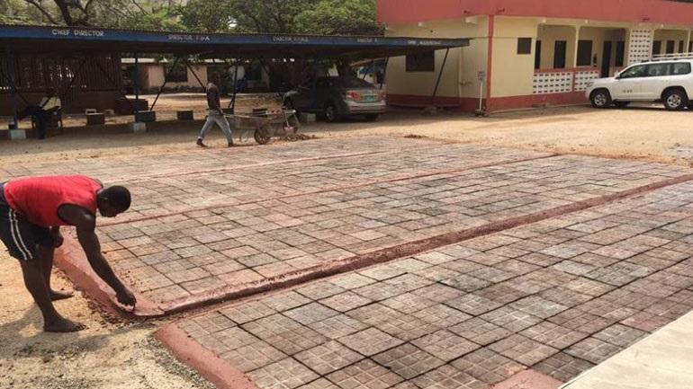 Εταιρεία στη Γκάνα μετατρέπει πλαστικές σακούλες σε πλάκες πεζοδρομίων