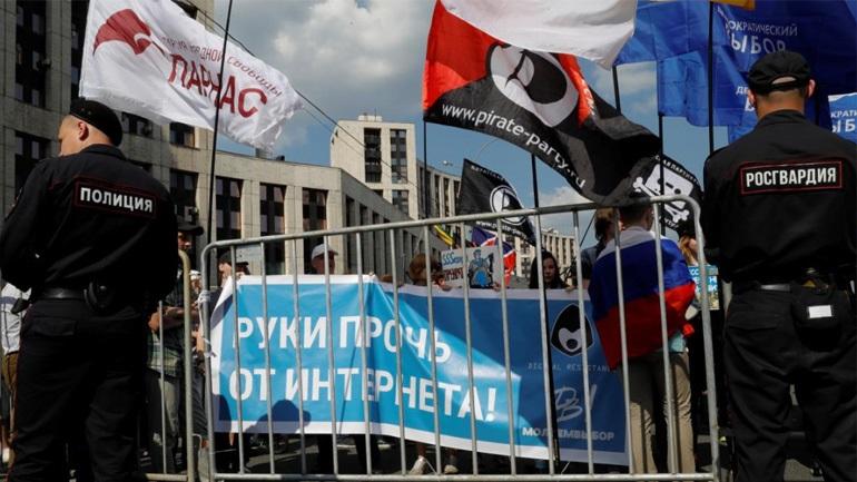 Ρωσία: Περισσότερες από 20 συλλήψεις σε μια διαδήλωση με αίτημα το «ελεύθερο ίντερνετ» στη Μόσχα