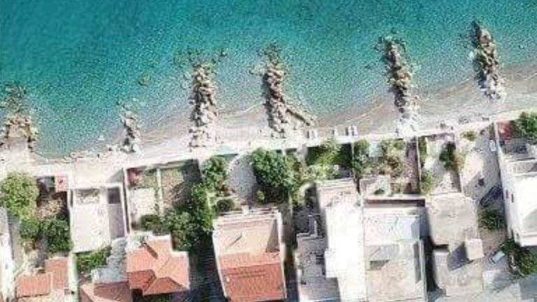 Οικοπεδοποίησαν τη θάλασσα στο Δερβένι Κορινθίας