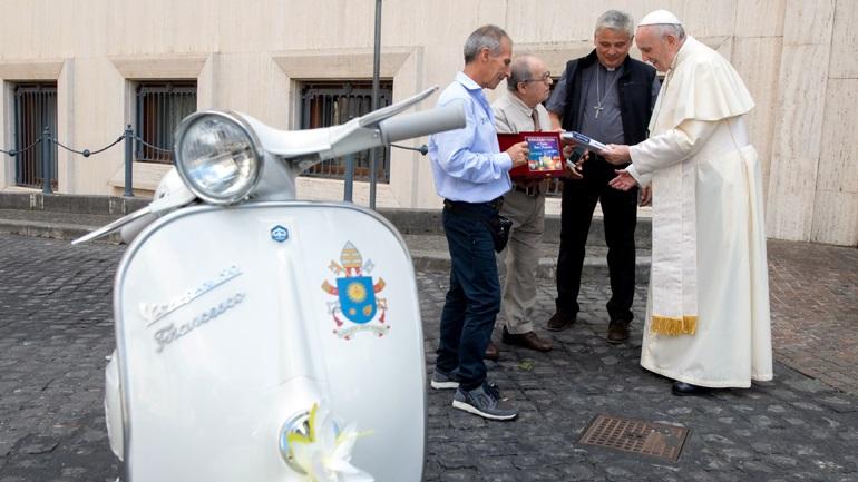 Μία σπάνια Vespa για τον Πάπα!