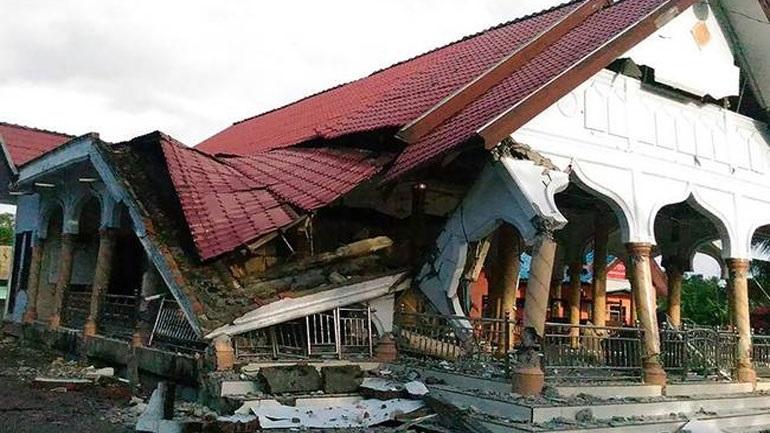 Ινδονησία: Ο αριθμός των νεκρών από τον σεισμό και το τσουνάμι έφθασε τους 1.649