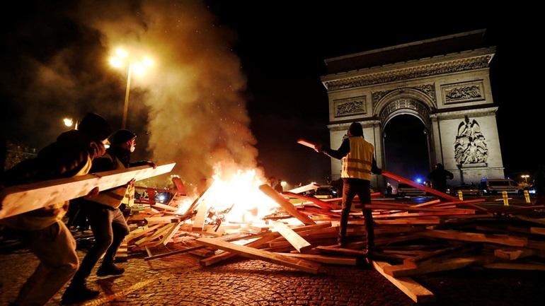 Στα δακρυγόνα πνίγηκε το Παρίσι