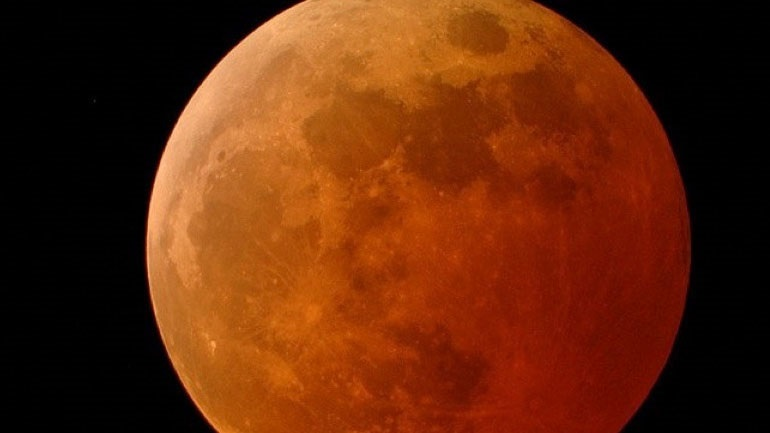 Πανσέληνος, υπερπανσέληνος και ολική σεληνιακή έκλειψη τα ξημερώματα της Δευτέρας