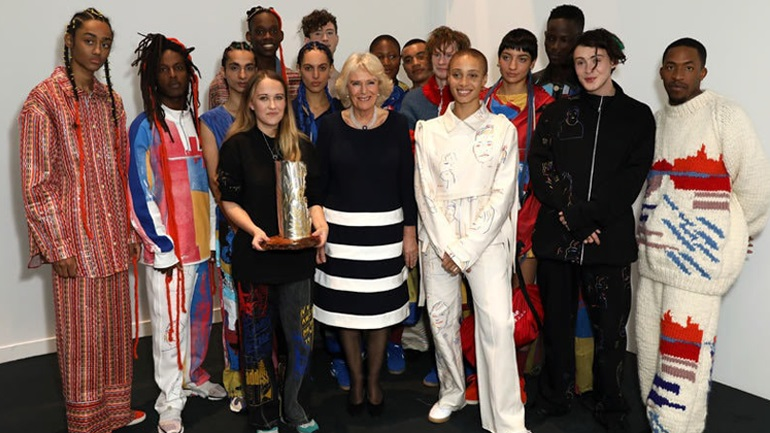 4b2ee82222d Η σχεδιάστρια μόδας, Μπέθανι Γουίλιαμς παρέλαβε το βραβείο της Βασίλισσας  Ελισάβετ για τις ηθικές πρακτικές της