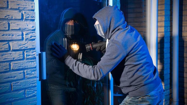 Εισβολή κακοποιών στο σπίτι ηλικιωμένου ζευγαριού στις Αχαρνές