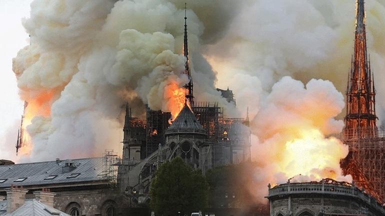 Στις φλόγες η Παναγία των Παρισίων