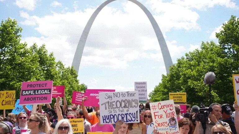 ΗΠΑ: Παρατάθηκε, προσωρινά, η άδεια λειτουργίας της τελευταίας κλινικής που κάνει αμβλώσεις στο Μιζούρι