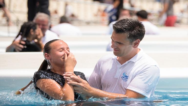 Εκατοντάδες άτομα βαφτίστηκαν ως Μάρτυρες του Ιεχωβά στο Ο.Α.Κ.Α