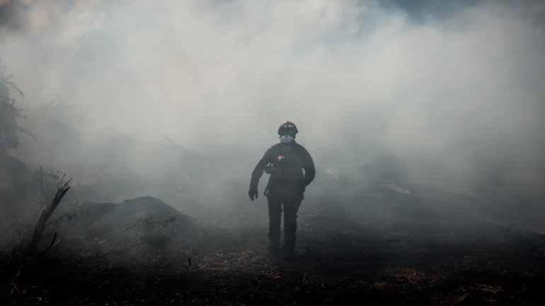 Χωρίς ενεργό μέτωπο η φωτιά στην Εύβοια - Μάχη για να την οριοθετήσουν δίνουν πυροσβέστες και εθελοντές