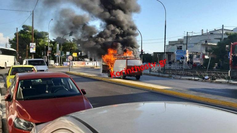 Φορτηγάκι έπιασε φωτιά εν κινήσει στα φανάρια του Κιάτου