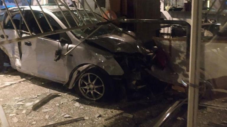 Κολωνός: Οδηγός ΙΧ έχασε τον έλεγχο και έπεσε στην τζαμαρία καταστήματος
